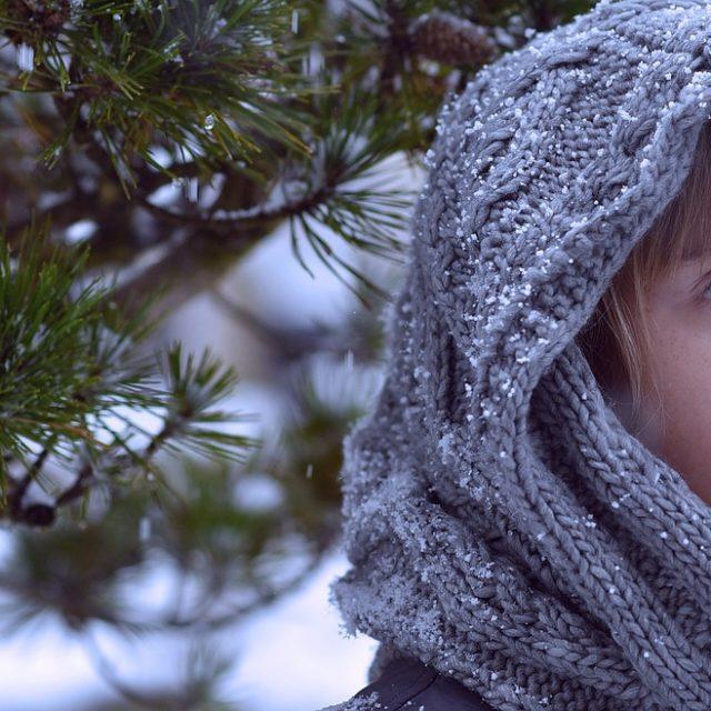 fillette avec capuchon en laine